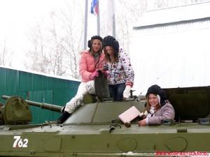 Девочки на бронетехнике